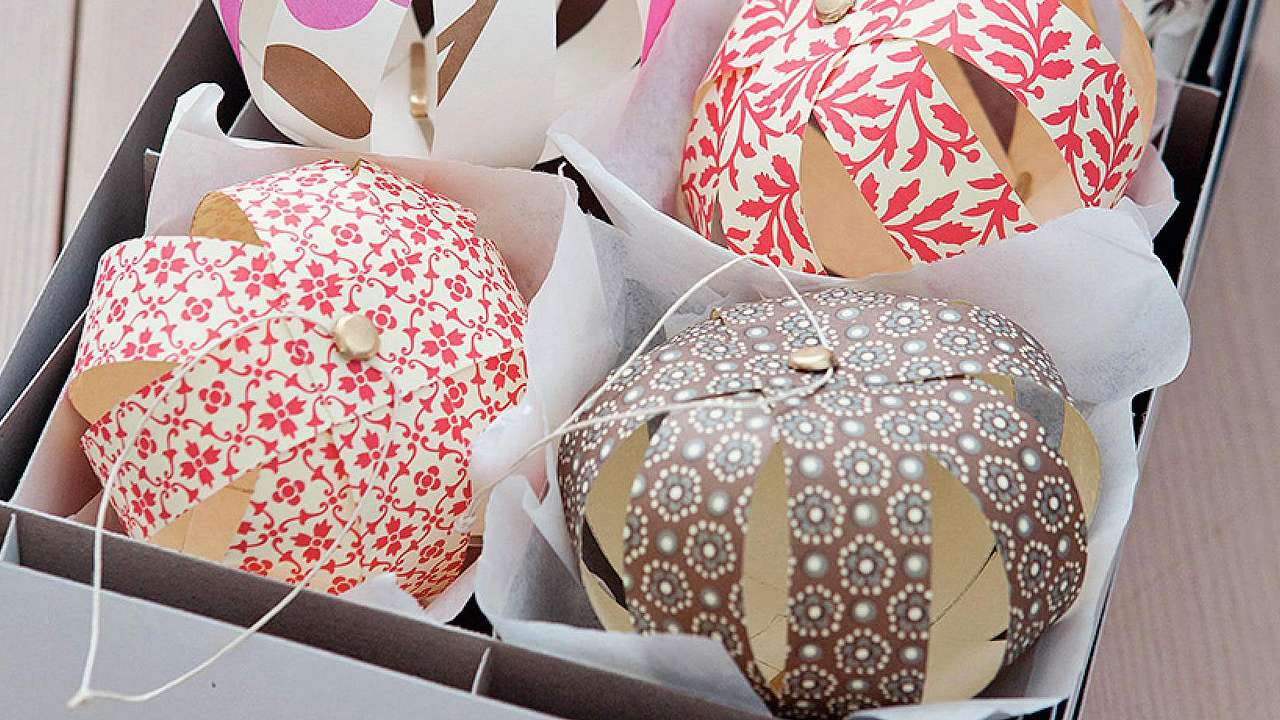 Anleitung f r selbstgemachte papierkugeln weihnachtsdeko basteln - Selbstgemachte weihnachtsdeko ...