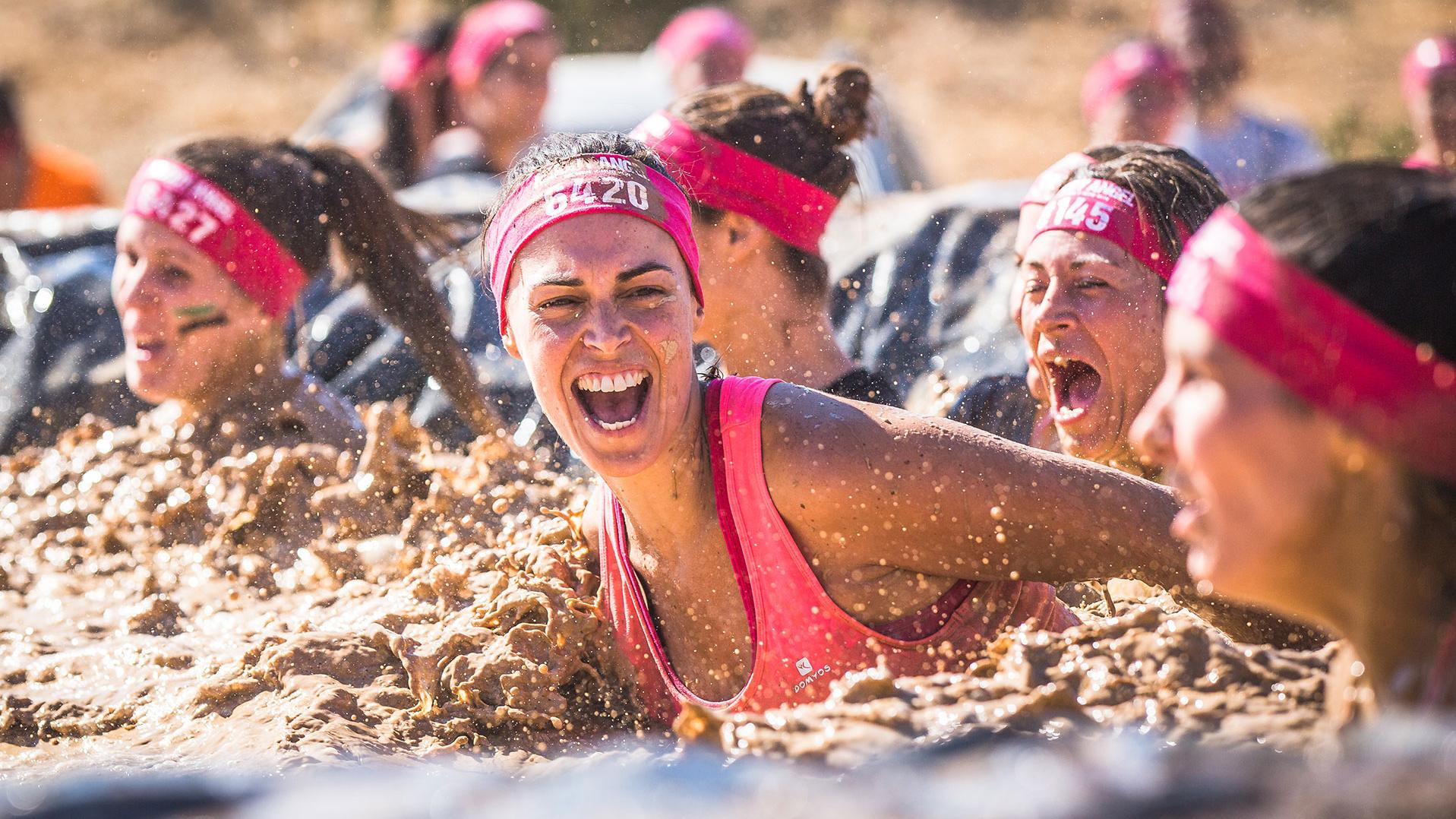 Frauen beim Muddy Angel Run