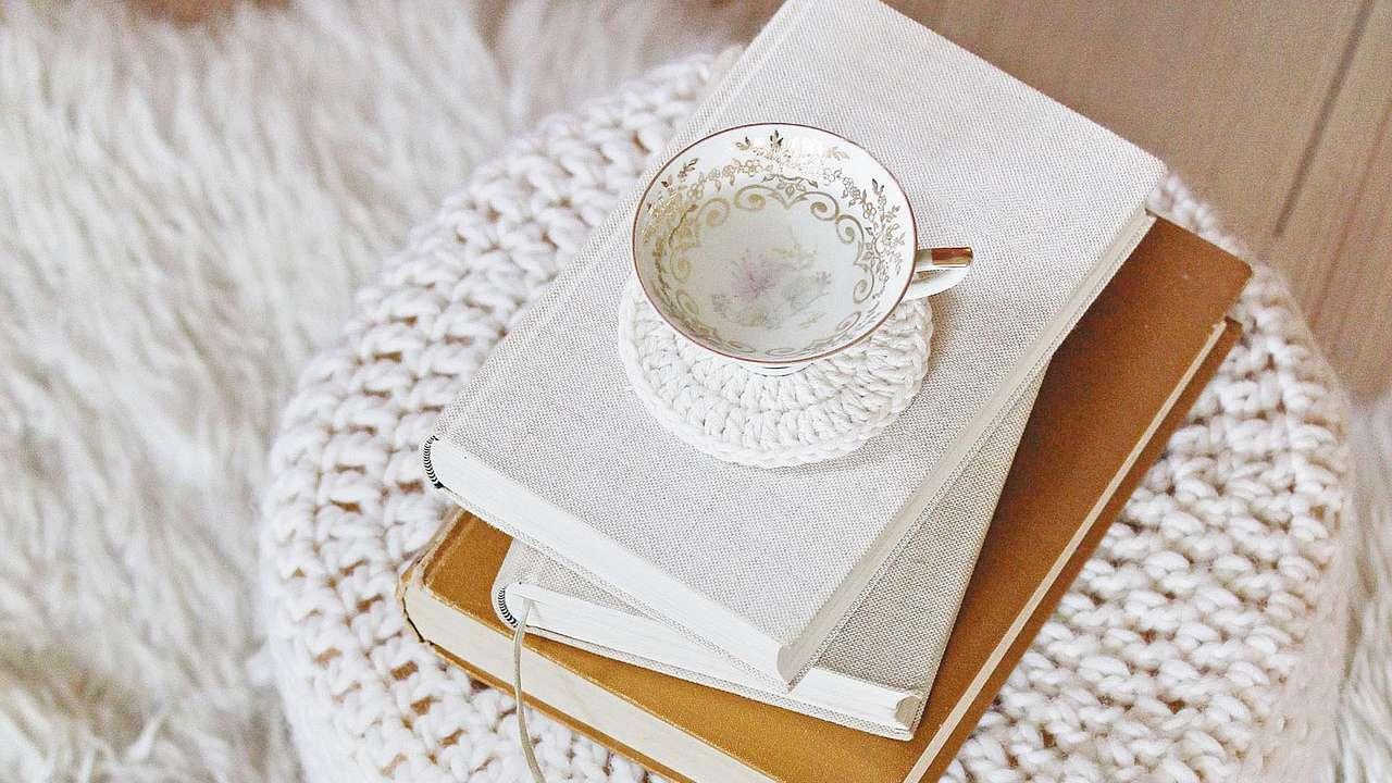 diy anleitung sitzhocker und h kelkissen mit flauschigem wei en wollgarn. Black Bedroom Furniture Sets. Home Design Ideas
