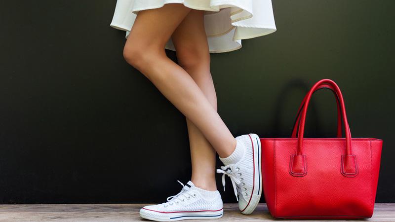 Perfekt kombiniert: So trägt man flache Schuhe zum Rock