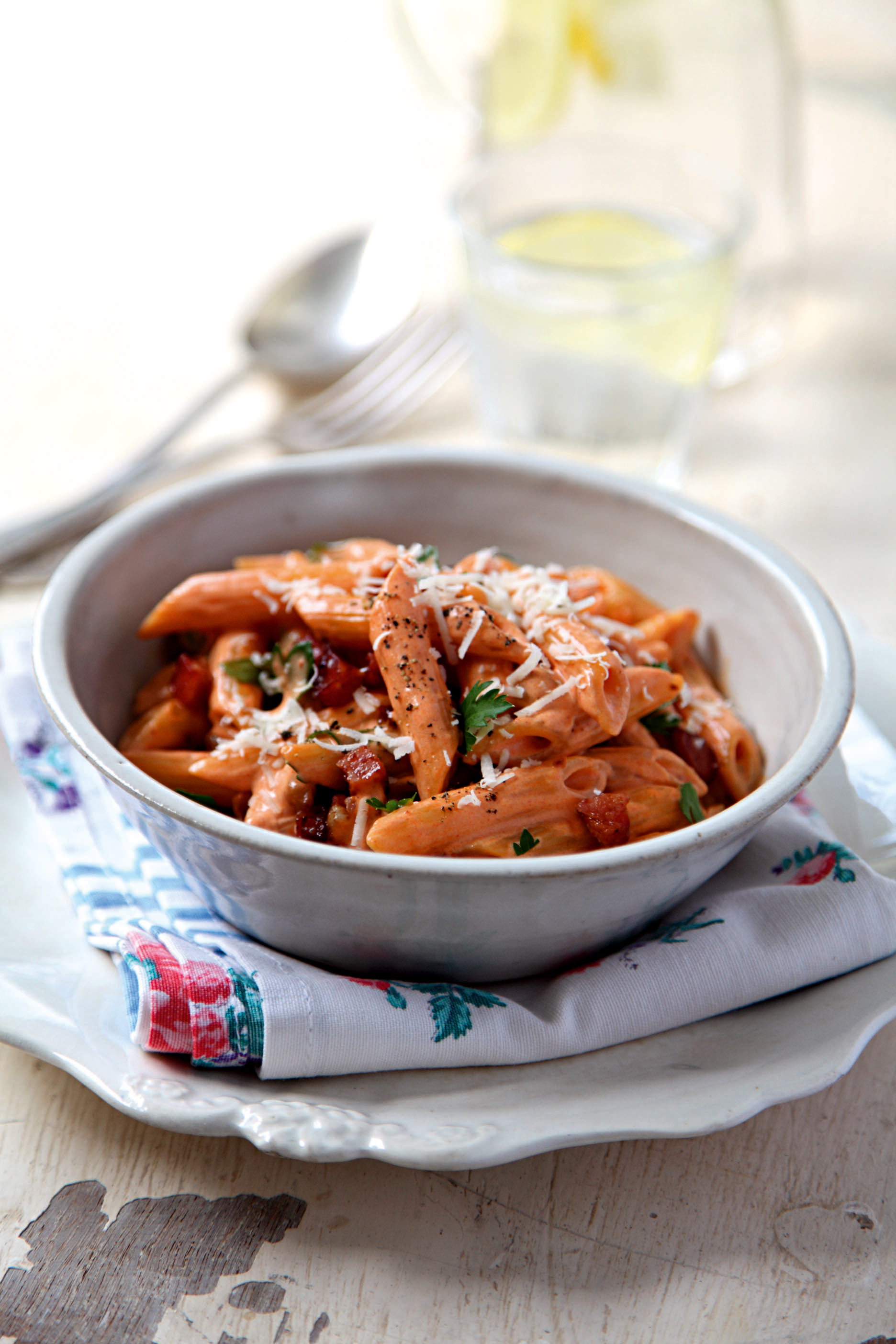 Penne in Tomatensacue mit Parmesan